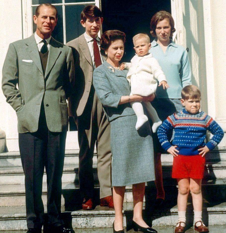 La reine Elizabeth II avec le prince Philip, le prince Charles, la princesse Anne, le prince Andrew et le prince Edward à Windsor (avril 1965)