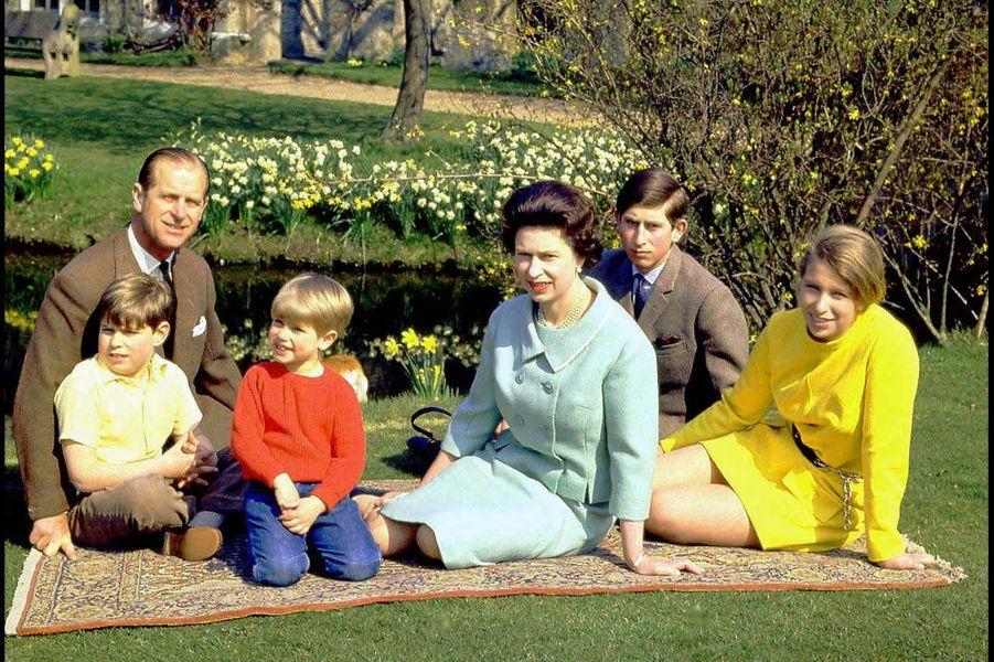 La reine Elizabeth II avec le prince Philip, le prince Charles, la princesse Anne, le prince Andrew et le prince Edward à Windsor (printemps 1968)