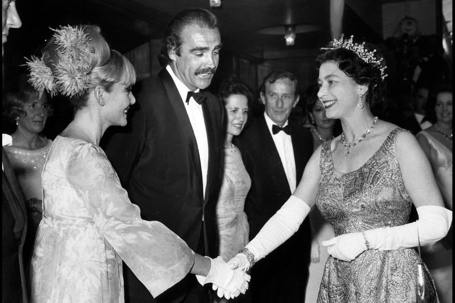 La reine Elizabeth II avec Sean Connery à Londres (août 1960)