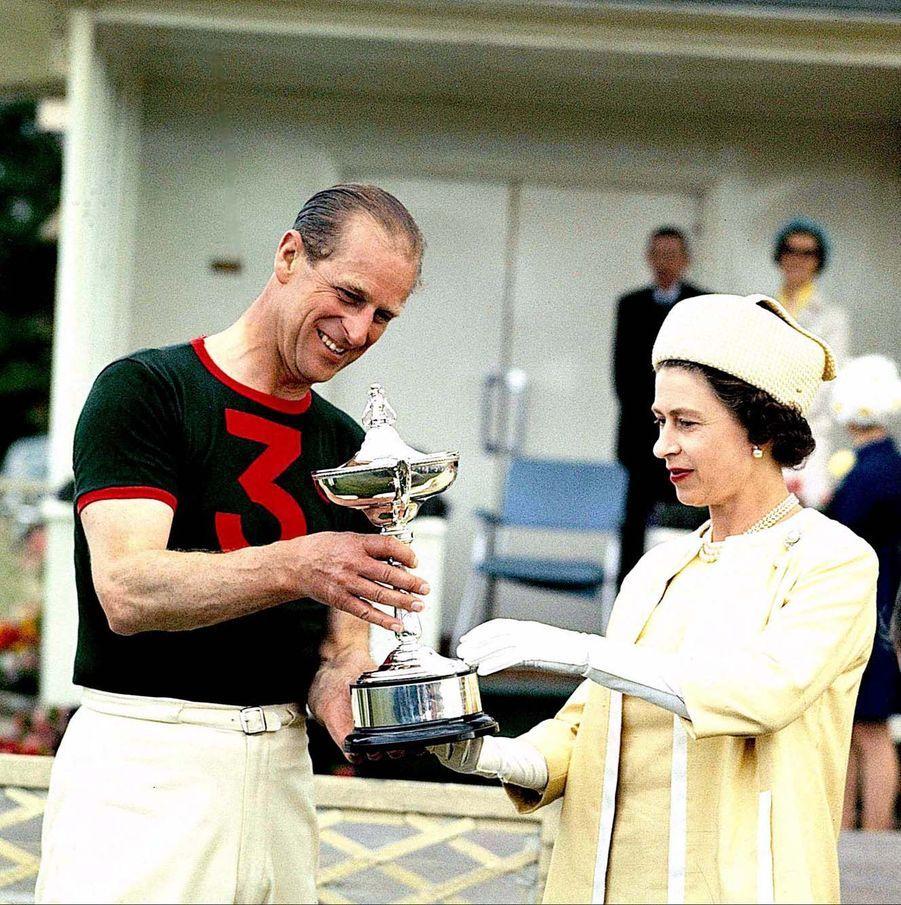 La reine Elizabeth II et le prince Philip, après une compétition de polo à Windsor (1969)