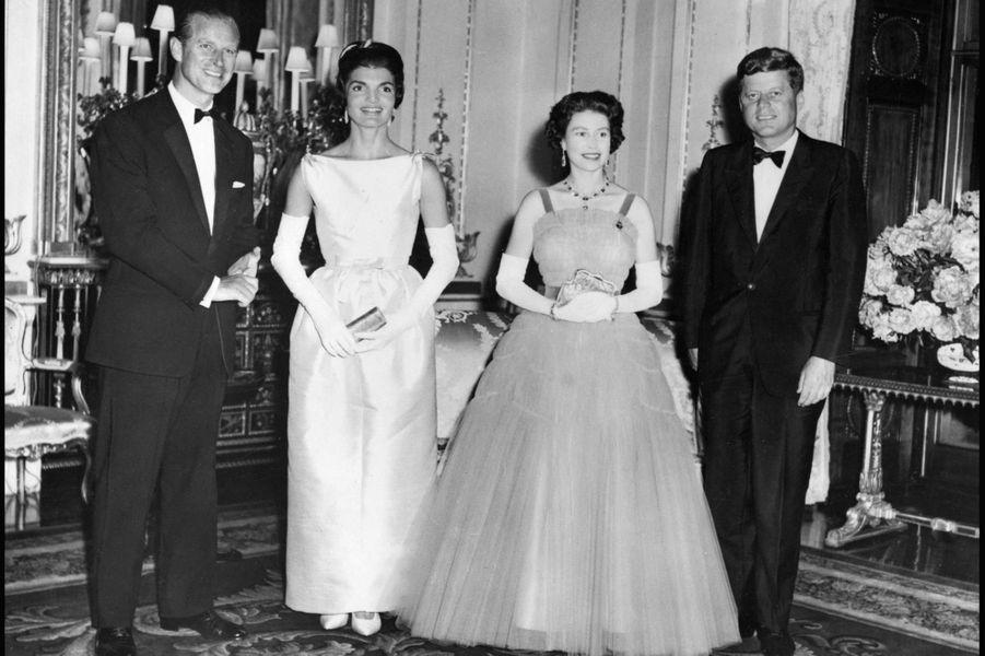 La reine Elizabeth II et le prince Philip, avec le président américain John F. Kennedy et son épouse Jackie à Buckingham (juin 1961)