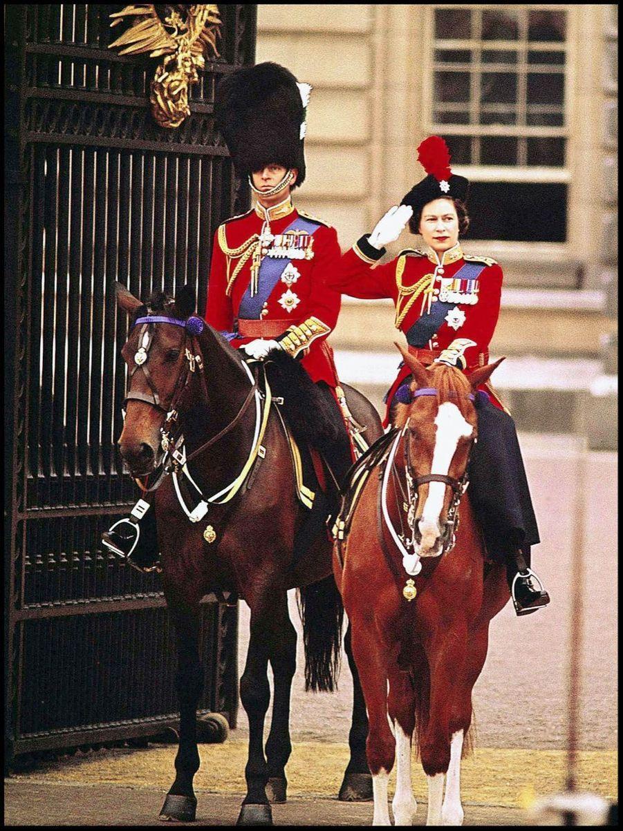 La reine Elizabeth II et le prince Philip devant Buckingham (1964)