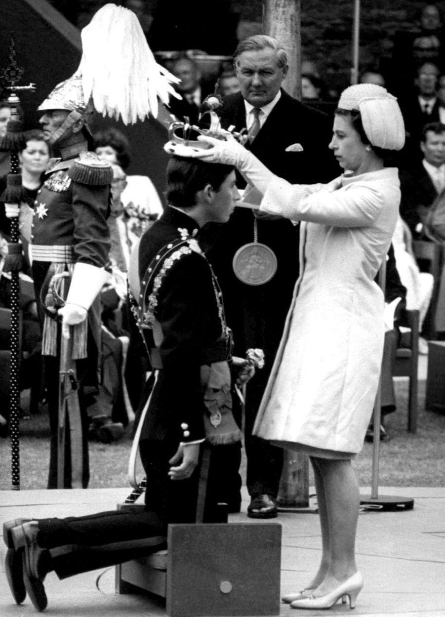La reine Elizabeth II fait Charles prince de Galles, au Château de Caernarfon (1er juillet 1969)