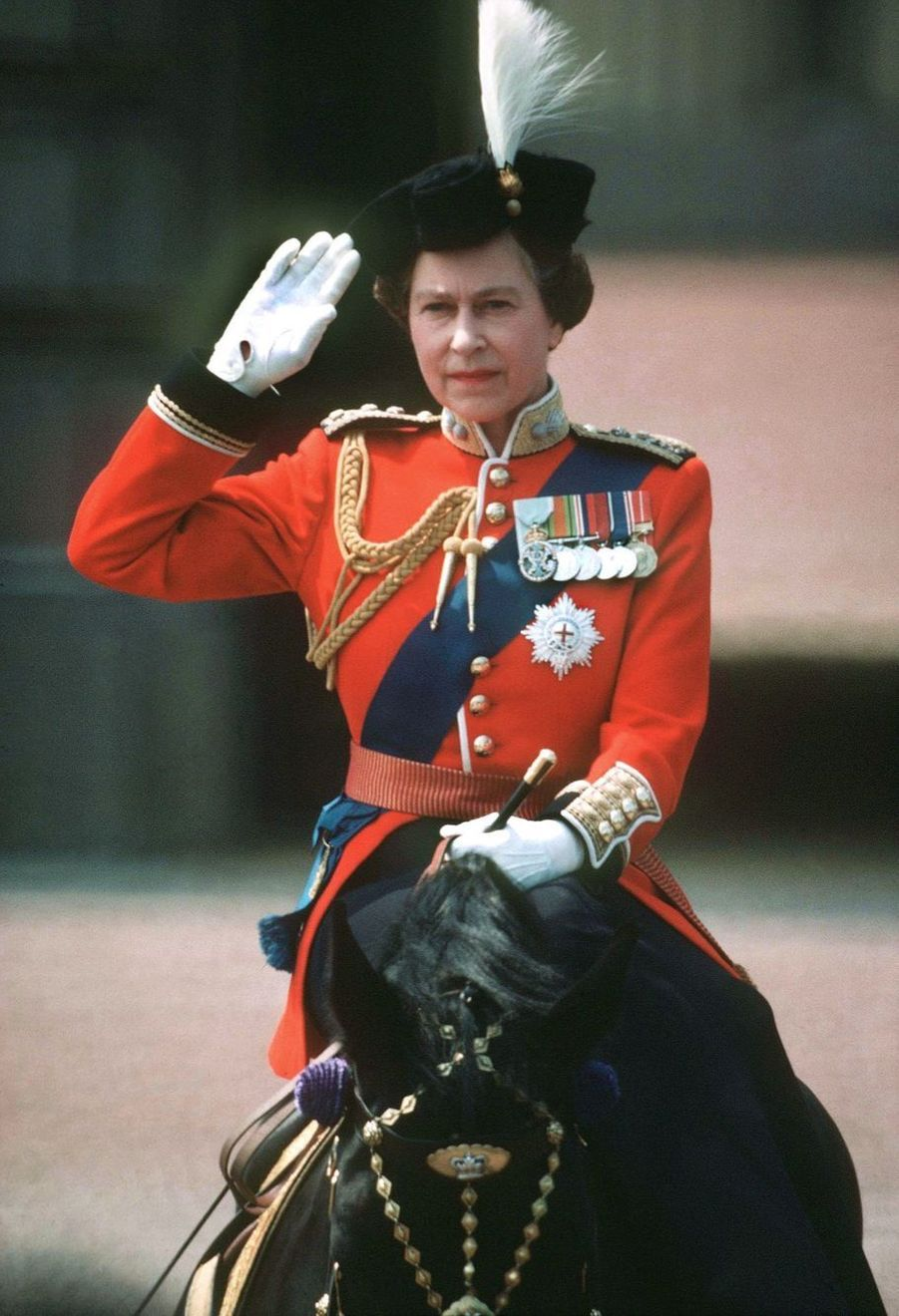 La reine Elizabeth II à cheval devant Buckingham lors du Trooping the Colour (juin 1983)