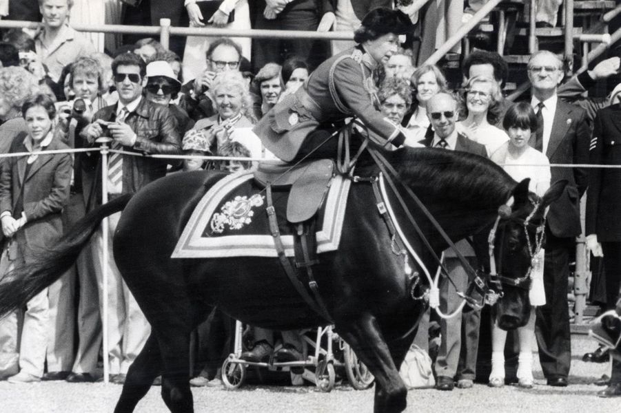La reine Elizabeth II à cheval lors du Trooping the Colour (juin 1981)