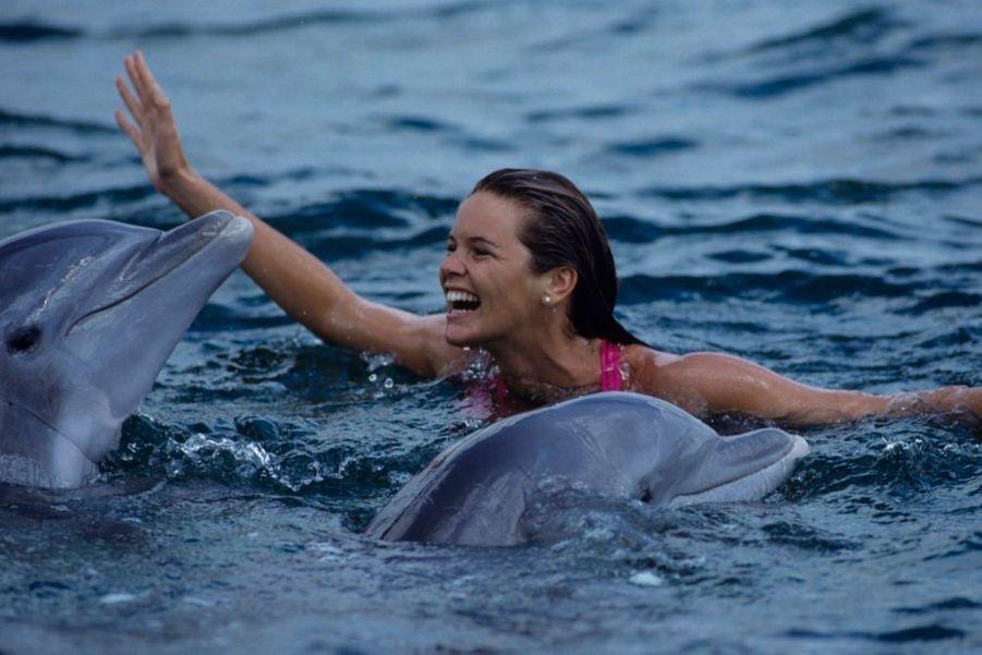 « Pour la Journée de la Terre, Elle Macpherson a plongé dans les eaux bleues des Bahamas avec ses amis les dauphins : en Australie, cette nageuse émérite avait l'habitude de commencer ses journées par trois quarts d'heure de crawl. » - Paris Match n°2136, 3 mai 1990.