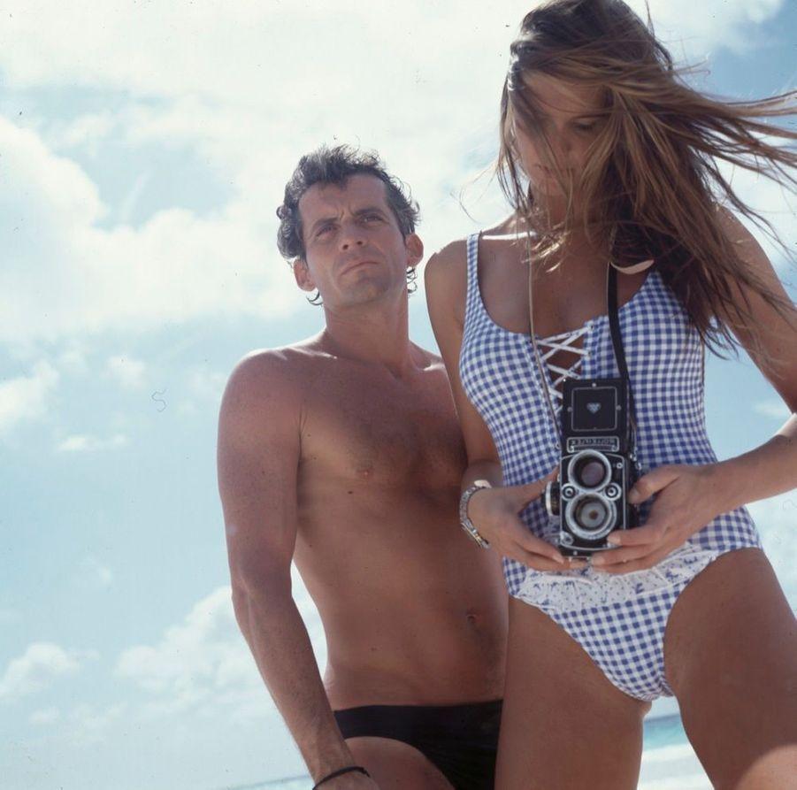 « Elle photographie Yann à son tour, sur une plage des Bahamas. » - Paris Match n°2136, 3 mai 1990.
