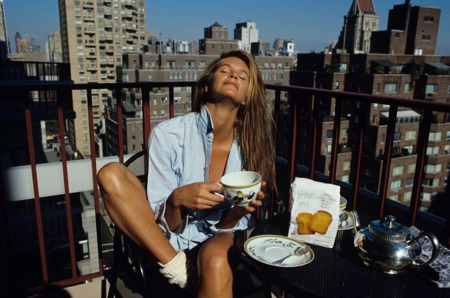 « À New York, Elle prend le premier soleil de printemps. Puis farniente devant l'objectif de Yann Gamblin, le photographe de Paris Match qui partage sa vie.» - Paris Match n°2136, 3 mai 1990.