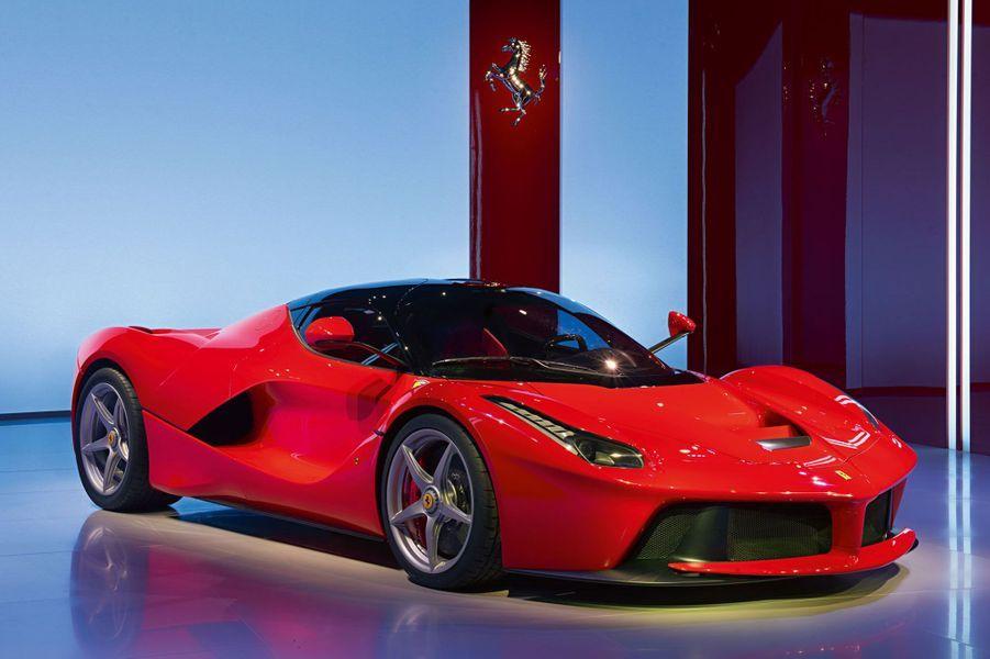 Ultime, si bien que ses concepteurs l'ont baptisée LaFerrari, comme s'il ne devait en rester qu'une. Avec sa motorisation hybride, elle atteint 950 chevaux. Une véritable Formule 1 de la route.Lire notre article