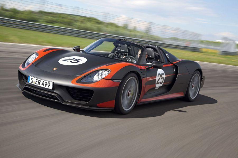 Avec 887 chevaux, cette Porsche propulse le conducteur dans un autre monde. Hybride et rechargeable, elle se joue des cycles d'homologation pour afficher des consommation dignes d'une microcitadine. Mais elle abat le 0 à 100 km/h en 2,8 secondes.Voir notre portfolio