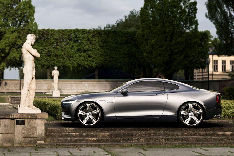 L'élégant concept suédois préfigure l'avenir de Volvo. Il marque aussi l'abandon des moteurs cinq et six cylindres au profit de quatre cylindres au rendement bien supérieur. Celui de ce concept est associé à un moteur électrique logé sur le train arrière.Lire notre article