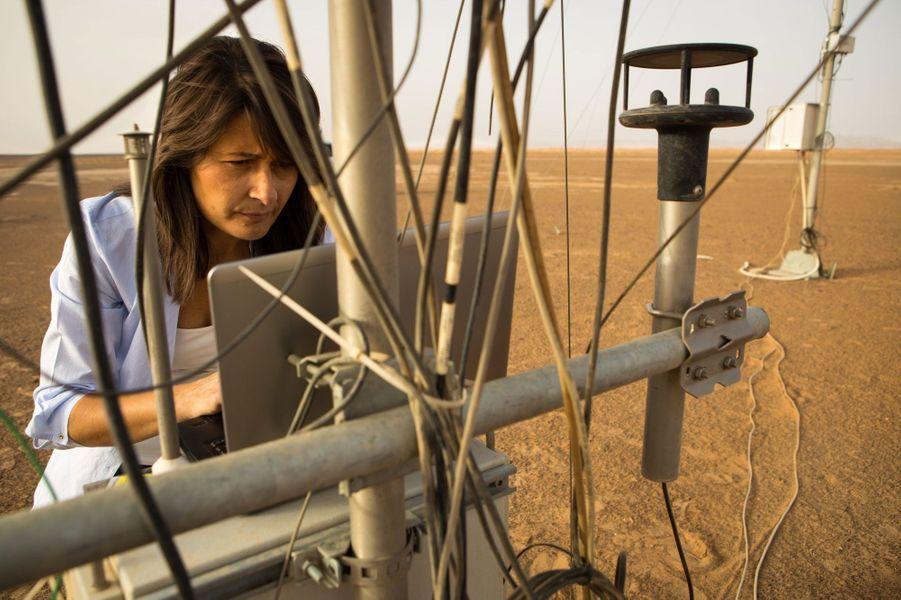 Elle recueille des données pour une station de météo le lendemain d'une tempête de sable, dans la région désertique de Merzouga au Maroc.Alors que nous venions de fêter le cinquantenaire de l'Agence spatiale européenne(ESA), les femmes sont encore sous-représentées dans les domaines scientifiques avec une proportion de 17% dans la classe des ingénieurs. Elles sont généralement victimes de sexisme de la part de leurs collègues comme le montreles propos exprimés par le prix Nobel 2001 Tim Hunt, le 9 juin dernier.Partant de ce constat, l'agence de photojournalisme Sipa Press a proposé à une équipe de femmes reporters d'aller à la rencontre de ces scientifiques du monde entier, qui font ou feront avancer la science. En passant par Nairobi, Moscou, Munich, ou Bangalore, elles ont fait le portrait de «l'espace au féminin», donnant naissance à une exposition photographique et à une application dédiée aux appareils mobiles.Ainsi, ces diverses enquêtes photographiques révèlent trois générations de femmes, âgées de 10 à 60 ans, tel que le portrait deSamantha Cristoforetti(37 ans), qui est la deuxième européenne à être partie dans l'espace, ou l'histoire de T.K Anuradha (54 ans), qui dirige le programme de satellites de communication indien GSAT.Tous ces portraits seront visibles dans l'exposition«Space Girls Space Women», au Musée des arts et des métiers ou sur les grilles du jardin de l'Observatoire de Paris, du 18 juin au 1ernovembre 2015.