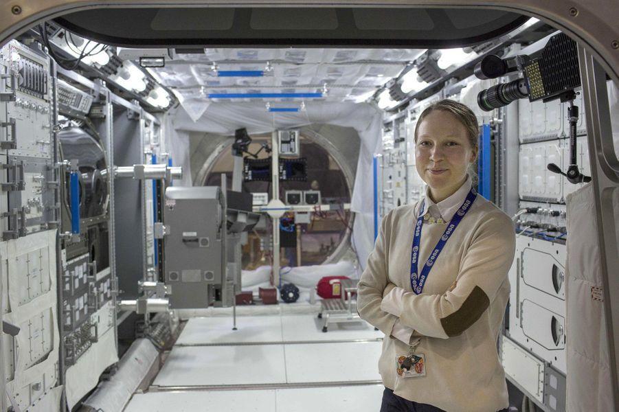 """Elle travaille sur le bras robotique européen """"ERA"""", ainsi que sur les projets METERON et MobiPV, au sein de L'agence spatial européenne.Alors que nous venions de fêter le cinquantenaire de l'Agence spatiale européenne(ESA), les femmes sont encore sous-représentées dans les domaines scientifiques avec une proportion de 17% dans la classe des ingénieurs. Elles sont généralement victimes de sexisme de la part de leurs collègues comme le montreles propos exprimés par le prix Nobel 2001 Tim Hunt, le 9 juin dernier.Partant de ce constat, l'agence de photojournalisme Sipa Press a proposé à une équipe de femmes reporters d'aller à la rencontre de ces scientifiques du monde entier, qui font ou feront avancer la science. En passant par Nairobi, Moscou, Munich, ou Bangalore, elles ont fait le portrait de «l'espace au féminin», donnant naissance à une exposition photographique et à une application dédiée aux appareils mobiles.Ainsi, ces diverses enquêtes photographiques révèlent trois générations de femmes, âgées de 10 à 60 ans, tel que le portrait deSamantha Cristoforetti(37 ans), qui est la deuxième européenne à être partie dans l'espace, ou l'histoire de T.K Anuradha (54 ans), qui dirige le programme de satellites de communication indien GSAT.Tous ces portraits seront visibles dans l'exposition«Space Girls Space Women», au Musée des arts et des métiers ou sur les grilles du jardin de l'Observatoire de Paris, du 18 juin au 1ernovembre 2015."""
