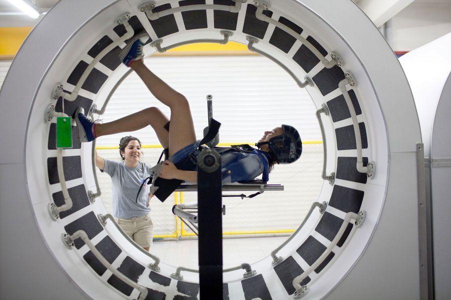 Elle est harnachée à un simulateur de mobilité spatial, qui se trouve au camp spatial d'Izmir (Turquie).Alors que nous venions de fêter le cinquantenaire de l'Agence spatiale européenne(ESA), les femmes sont encore sous-représentées dans les domaines scientifiques avec une proportion de 17% dans la classe des ingénieurs. Elles sont généralement victimes de sexisme de la part de leurs collègues comme le montreles propos exprimés par le prix Nobel 2001 Tim Hunt, le 9 juin dernier.Partant de ce constat, l'agence de photojournalisme Sipa Press a proposé à une équipe de femmes reporters d'aller à la rencontre de ces scientifiques du monde entier, qui font ou feront avancer la science. En passant par Nairobi, Moscou, Munich, ou Bangalore, elles ont fait le portrait de «l'espace au féminin», donnant naissance à une exposition photographique et à une application dédiée aux appareils mobiles.Ainsi, ces diverses enquêtes photographiques révèlent trois générations de femmes, âgées de 10 à 60 ans, tel que le portrait deSamantha Cristoforetti(37 ans), qui est la deuxième européenne à être partie dans l'espace, ou l'histoire de T.K Anuradha (54 ans), qui dirige le programme de satellites de communication indien GSAT.Tous ces portraits seront visibles dans l'exposition«Space Girls Space Women», au Musée des arts et des métiers ou sur les grilles du jardin de l'Observatoire de Paris, du 18 juin au 1ernovembre 2015.
