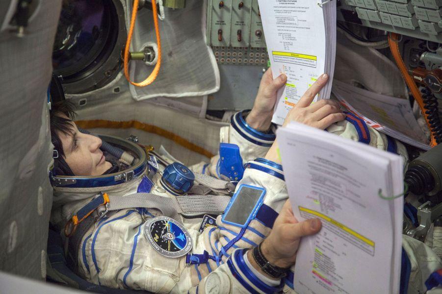 Elle est en pleine préparation à bord d'une réplique du vaisseau Soyouz. Cette femme de 37 ans a été ingénieur de vol lors des expéditions 42 et 43 (décembre 2014-mai 2015) et est capitaine dans l'armée de l'air italienne.Alors que nous venions de fêter le cinquantenaire de l'Agence spatiale européenne(ESA), les femmes sont encore sous-représentées dans les domaines scientifiques avec une proportion de 17% dans la classe des ingénieurs. Elles sont généralement victimes de sexisme de la part de leurs collègues comme le montreles propos exprimés par le prix Nobel 2001 Tim Hunt, le 9 juin dernier.Partant de ce constat, l'agence de photojournalisme Sipa Press a proposé à une équipe de femmes reporters d'aller à la rencontre de ces scientifiques du monde entier, qui font ou feront avancer la science. En passant par Nairobi, Moscou, Munich, ou Bangalore, elles ont fait le portrait de «l'espace au féminin», donnant naissance à une exposition photographique et à une application dédiée aux appareils mobiles.Ainsi, ces diverses enquêtes photographiques révèlent trois générations de femmes, âgées de 10 à 60 ans, tel que le portrait deSamantha Cristoforetti(37 ans), qui est la deuxième européenne à être partie dans l'espace, ou l'histoire de T.K Anuradha (54 ans), qui dirige le programme de satellites de communication indien GSAT.Tous ces portraits seront visibles dans l'exposition«Space Girls Space Women», au Musée des arts et des métiers ou sur les grilles du jardin de l'Observatoire de Paris, du 18 juin au 1ernovembre 2015.