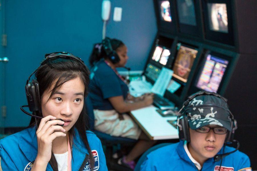 Elles guident simultanément un lancement depuis le centre de contrôle des missions.Alors que nous venions de fêter le cinquantenaire de l'Agence spatiale européenne(ESA), les femmes sont encore sous-représentées dans les domaines scientifiques avec une proportion de 17% dans la classe des ingénieurs. Elles sont généralement victimes de sexisme de la part de leurs collègues comme le montreles propos exprimés par le prix Nobel 2001 Tim Hunt, le 9 juin dernier.Partant de ce constat, l'agence de photojournalisme Sipa Press a proposé à une équipe de femmes reporters d'aller à la rencontre de ces scientifiques du monde entier, qui font ou feront avancer la science. En passant par Nairobi, Moscou, Munich, ou Bangalore, elles ont fait le portrait de «l'espace au féminin», donnant naissance à une exposition photographique et à une application dédiée aux appareils mobiles.Ainsi, ces diverses enquêtes photographiques révèlent trois générations de femmes, âgées de 10 à 60 ans, tel que le portrait deSamantha Cristoforetti(37 ans), qui est la deuxième européenne à être partie dans l'espace, ou l'histoire de T.K Anuradha (54 ans), qui dirige le programme de satellites de communication indien GSAT.Tous ces portraits seront visibles dans l'exposition«Space Girls Space Women», au Musée des arts et des métiers ou sur les grilles du jardin de l'Observatoire de Paris, du 18 juin au 1ernovembre 2015.