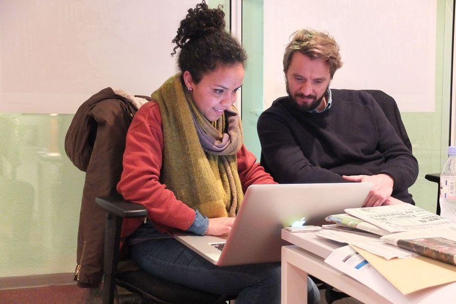 Lola Khalfa présente son travail au rédacteur en chef adjoint du service photo de Paris Match, Romain Lacroix.