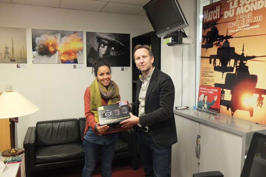 Lola Khalfa ne pouvait être présente à Alger le 22 novembre. François de Labarre lui a remis son prix dans les locaux de Paris Match à Levallois Perret