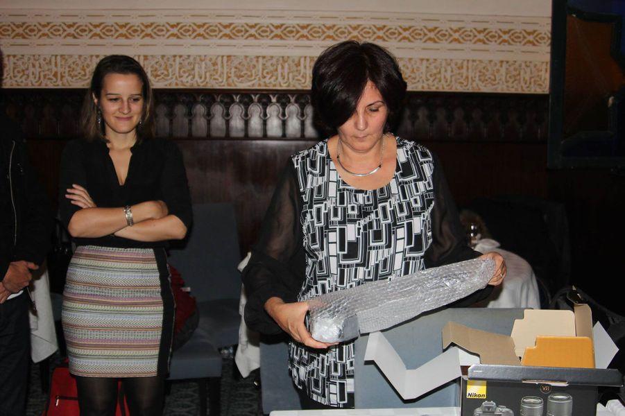 Samia Dib Benkaci découvre son prix remis par Hélène Devienne de l'ambassade de France à Alger