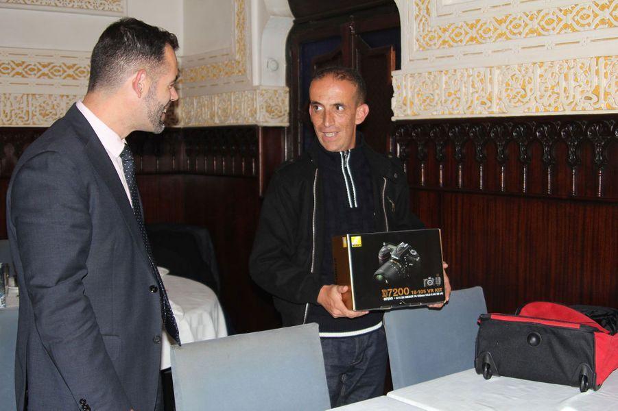 Zinnedine Hashas, gagnant de notre concours photo, reçoit son prix des mains de notre partenaire de l'ambassade de France, Marc Didio
