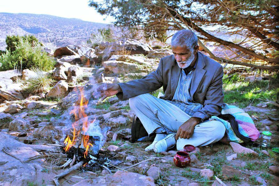 """""""Pause du montagnard""""La photo gagnante réalisée par Zinnedine Hashasà Djebel Morghad, Ain Sefra, le 12/11/2015."""