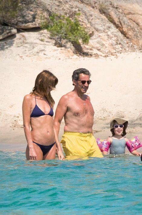 Avec Giulia, la nounou, puis Aurélien qui tient sa petite sœur. Carla jouera les gondoliers.