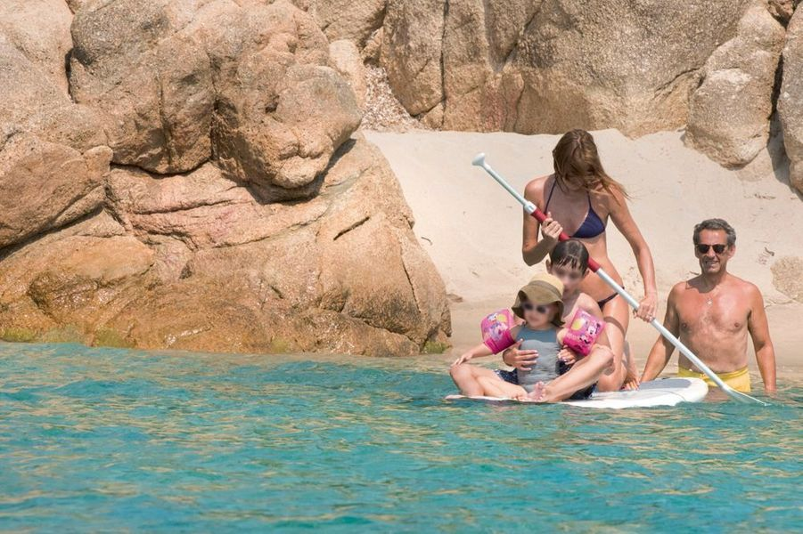 Nicolas Sarkozy à la plage avec Carla et Giulia