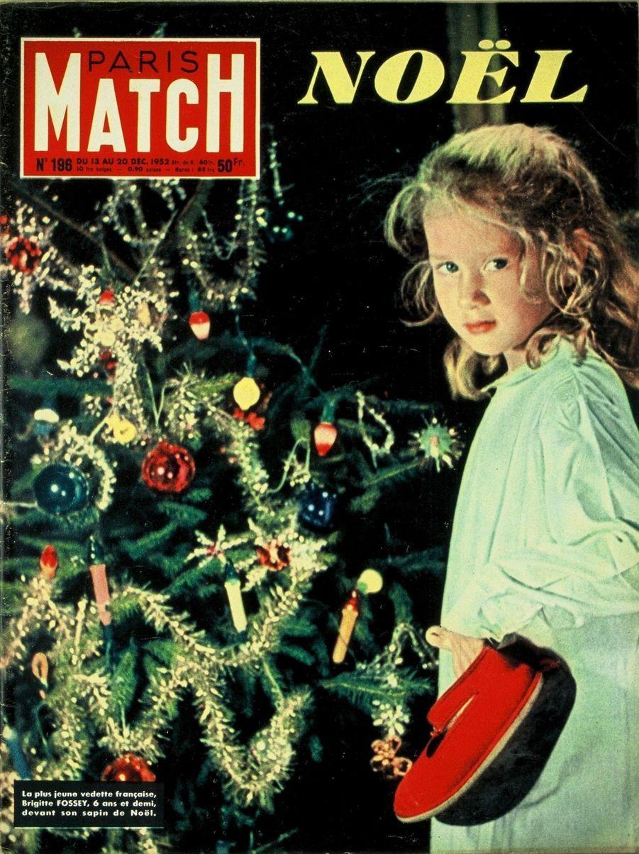 Couverture duParis Matchn°196 du 13 au 20 décembre 1952 : la plus jeune vedette française Brigitte Fossey, 6 ans et demi, devant son sapin de Noël.