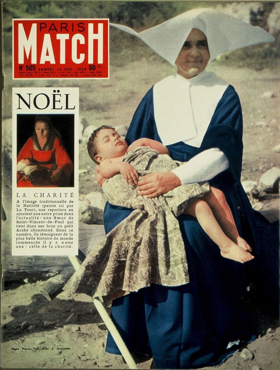Couverture duParis Matchn°505 du 13 décembre 1958 : Soeur deSaint-Vincent-de-Paul portant dans ses bras un petit enfant palestinien abandonné à Jerusalem.