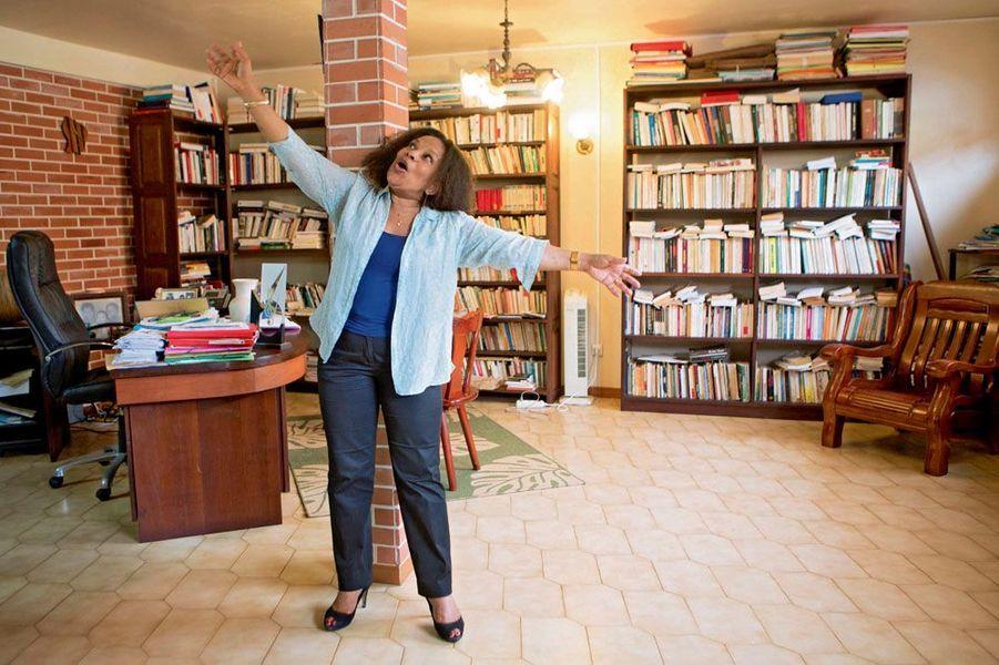 Le 26 décembre, dans sa maison de Cayenne, parmi ses livres, la passion de sa vie.