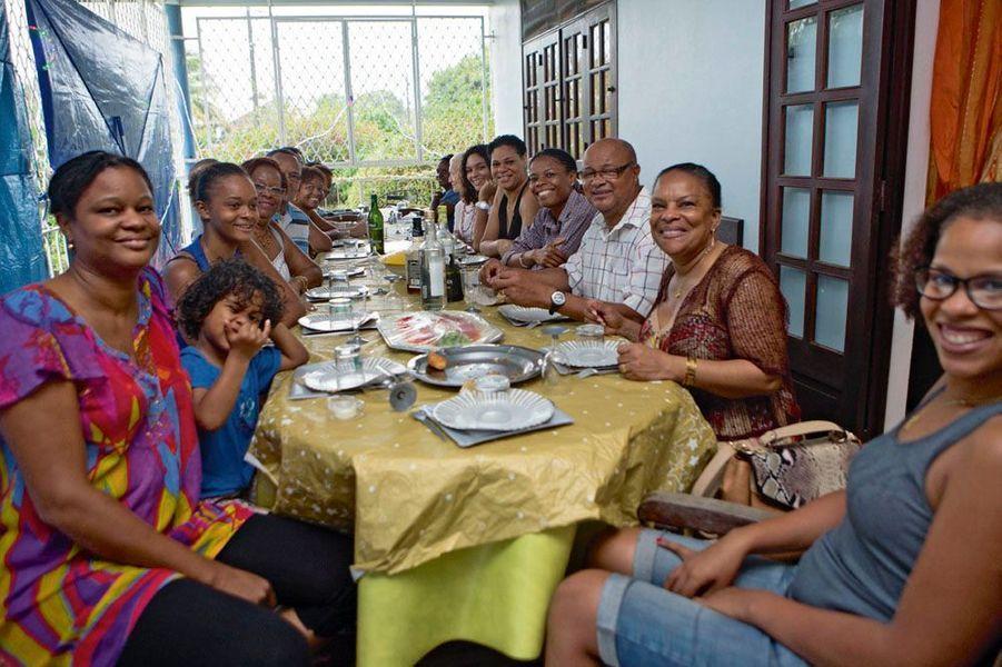 Autour de la table, au premier plan (à g.), sa nièce Valérie, son petit-fils Soudjhata, sa petite-fille Christiane. A dr. : sa fille Jamila, le mari de Nicole, Victor, et Sandrine, sa nièce.