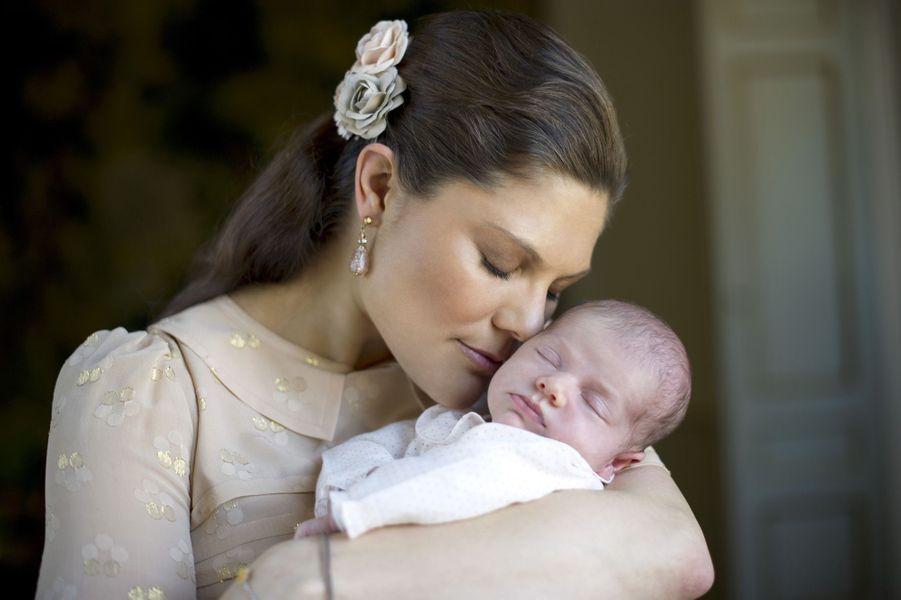 Estelle dans les bras de sa mère