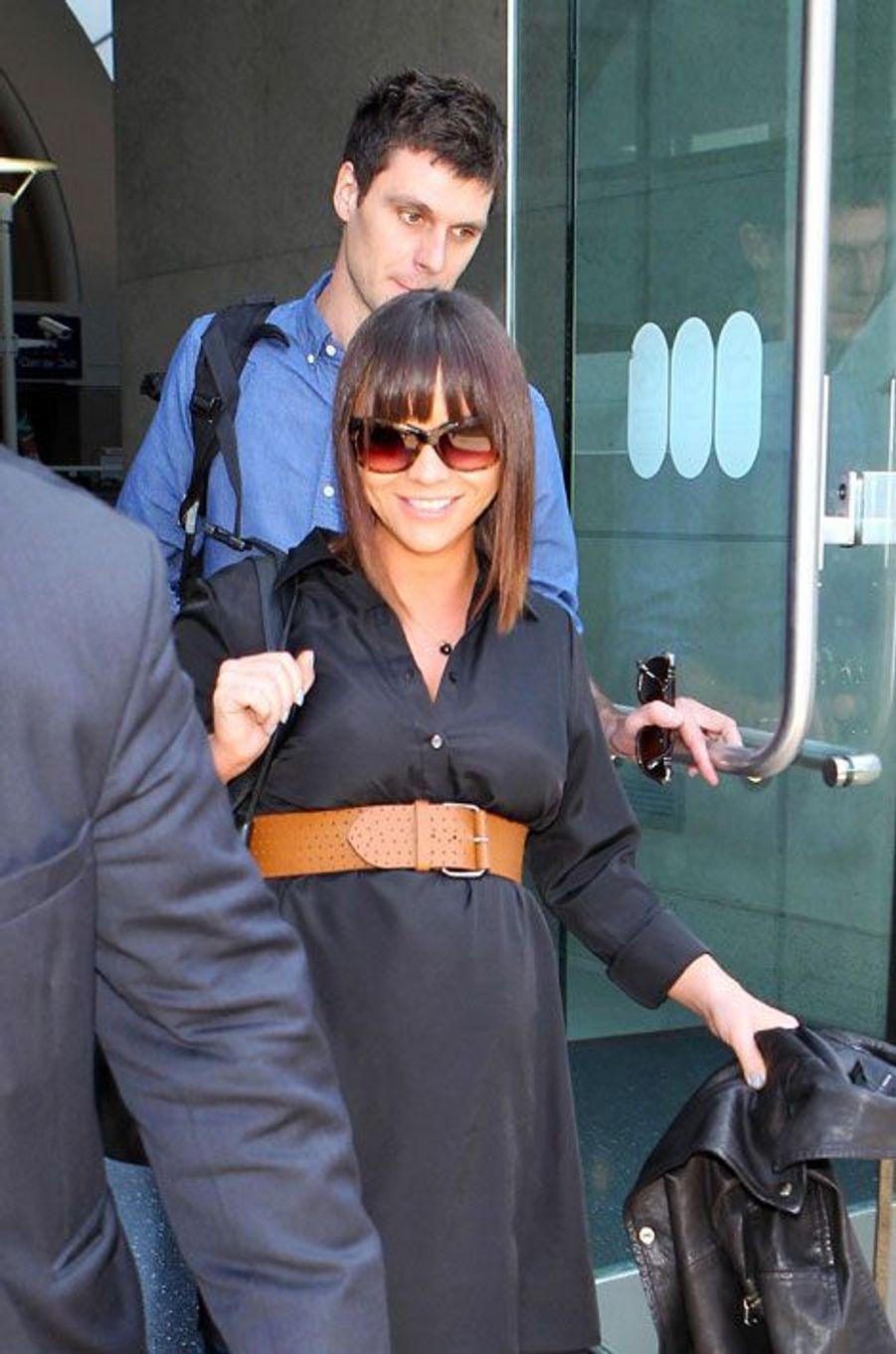 La comédienne Christina Ricci, connue pour son rôle dans «La famille Adams» a confirmé en mai attendre son premier enfant avec son époux James Heerdegen. Après s'être rencontrés sur le tournage de la série «Pan Am», l'actrice et le technicien caméraman, ont officialisé leur relation en février 2012, et se sont mariés en octobre dernier à Manhattan.La «petite Mercredi» est restée discrète depuis l'annonce de l'heureux événement à venir.Sur la photo, prise le 23 mai, l'actrice revenait de New York, à l'aéroport de Los Angeles.