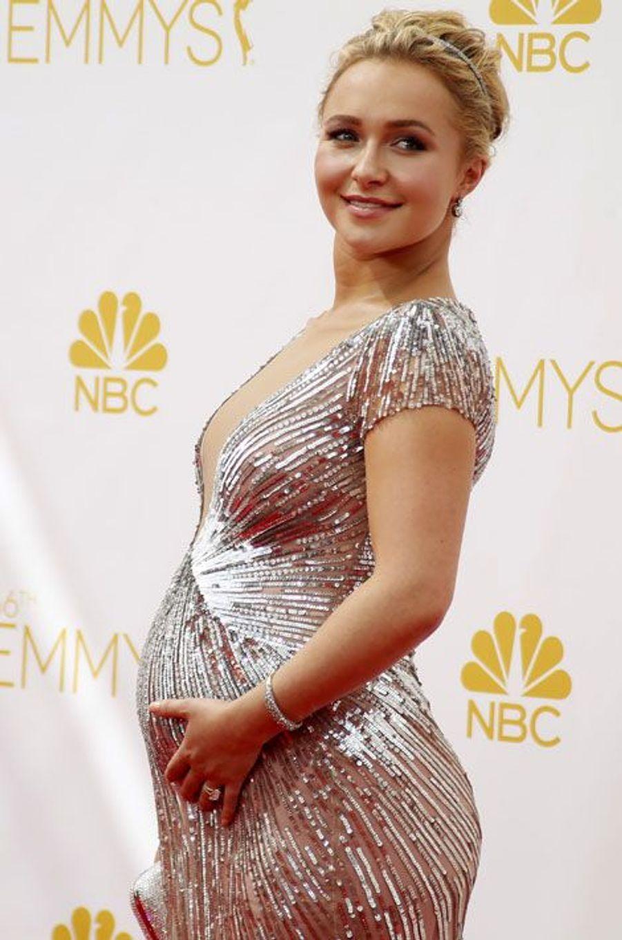 Hayden Panettiere, 24 ans, est enceinte de son premier enfant. Fiancée depuis un an à Wladimir Klitschko, boxeur professionnel, elle est apparue rayonnante aux Emmy Awards, le 25 août dernier, et a même révélé –intentionnellement?- le sexe de son futur enfant: une fille.