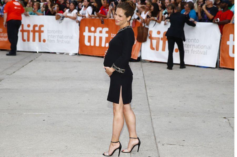 Kristen Bell et Susan Downey ont fait sensation avec leurs ventres rebondis à l'ouverture du 39e Festival de Toronto.Comme elles, certaines futures mamans exposent fièrement leur silhouette de circonstance, à l'occasion d'événements mondains. Récemment, Milla Jovovich, Hayden Panettiere ou encore Kelly Rowland ont ainsi joyeusement pris la pose sous les flashes des projecteurs.D'autres stars, en revanche, tiennent à garder leur grossesse privée, fuyant les tapis rouges et tout ce qui s'en suit –on pense à Eva Mendes, Mila Kunis, ou encore à Christina Ricci.Jeudi soir, Susan Downey était au bras de son mari Robert Downey Jr., qui était venu présenter «Le juge» de David Dotkin, avec également Robert Duvall.Le couple attend en effet son deuxième enfant – après Exton, né le 7 février 2012.Il s'agira du troisième pour l'acteur de 49 ans, qui est aussi le papa d'Indio, né le 7 septembre 1993 de son précédent mariage avec l'actrice et chanteuse Deborah Falconer.Le 9 juillet, la star d'«Avenger» avait tweeté: «Hey. Susan. Moi. Bébé. Fille. Novembre. Scorpion ?»