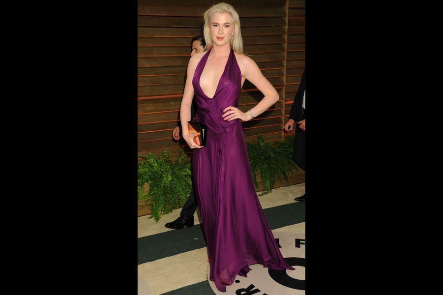 Du haut de son 1,88m, Ireland Baldwin ressemble bien à ses parents, Kim Basinger et Alec Baldwin. Embauchée dans l'agence IMG Models, elle pose notamment pour Calvin Klein.