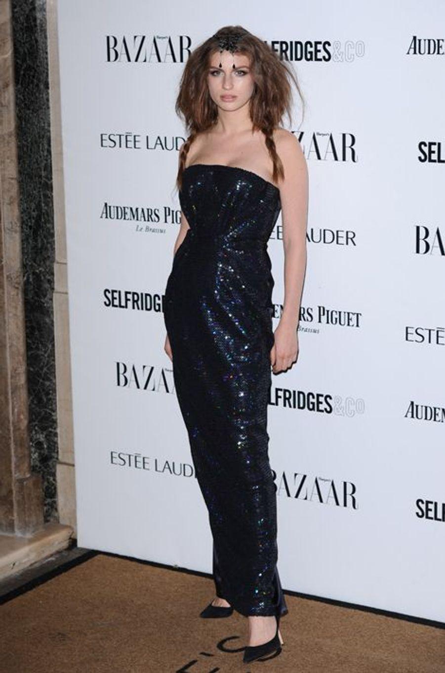 La fille de la chanteuse Annie Lennox est actuellement l'égérie de la marque de lunettes Silhouette. Elle est également peintre.
