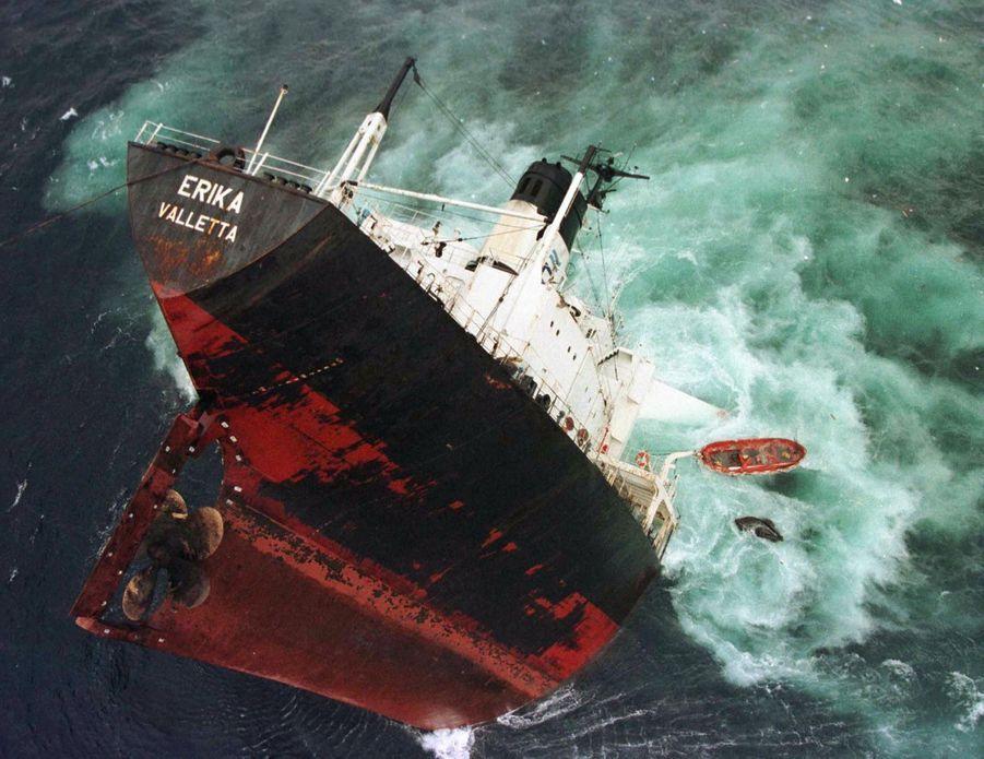 Le 11 décembre 1999, l'Erika, un pétrolier affrété par Total, parti de Dunkerque pour rejoindre la Sicile, se brise en deux, au sud du Finistère. Le lendemain, les 26 membres d'équipage sont hélitreuillés et sauvés. Les 13 et 14 décembre, les deux parties du pétrolier coulent par 120 m de fond, malgré une vaine tentative de remorquage vers le large de la partie arrière.