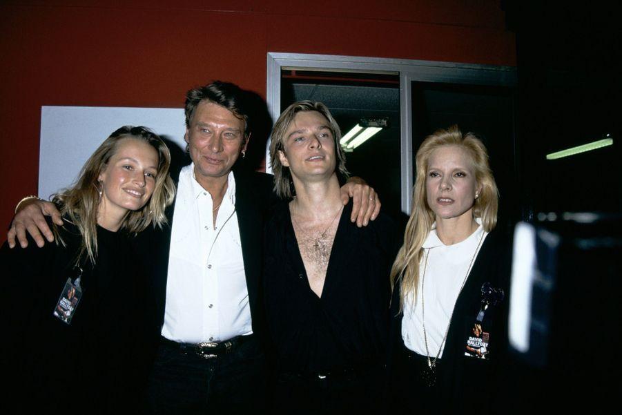 Le clan Hallyday : Estelle, Johnny, David et Sylvie Vartan, dans les coulisses du Zenith de Paris, après un concert de David en octobre 1991.