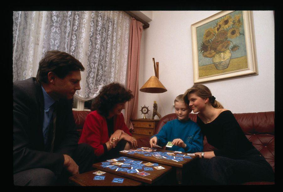 « Miroslav, le père de Paulina, est vice-ministre des Transports. Vera, sa mère, est professeur de russe et d'histoire. C'est dans le living de leur spacieux appartement de Prague que Paulina a annoncé à ses parents son désir de tenter sa chance à l'Ouest comme mannequin. Avant le départ, Miroslav junior (7 ans), le petit frère, a tenté une réussite dans l'espoir de lire dans les cartes l'assurance du succès de sa grande sœur. » - Paris Match n°2117, 21 décembre 1989