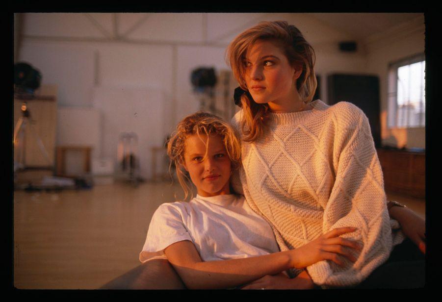 « Eva et Paulina sont tchèques. Elles ont dix-sept ans et une même envie : devenir mannequin à Paris.» - Paris Match n°2117, 21 décembre 1989
