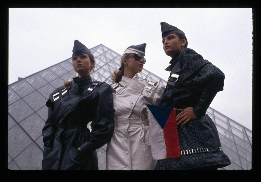 Paulina Nemcova etEva Herzigova devant la pyramide du Louvre, à Paris, en décembre 1989.