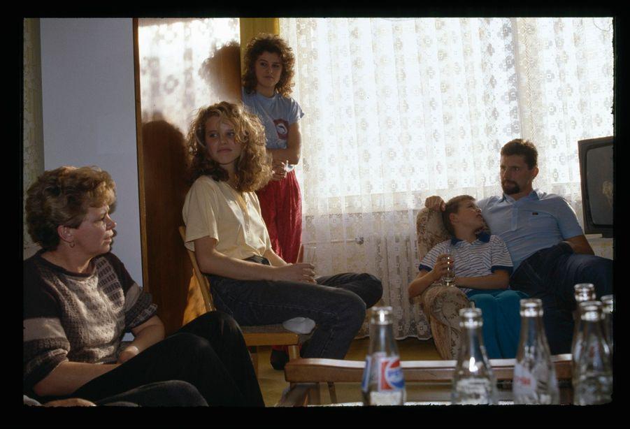 « Avant l'exil doré, entre une balade champêtre à vélo près des hauts fourneaux, un déjeuner en famille avec sa soeur Lenka (19 ans) et son frère Jiri (10 ans), une visite enthousiaste en compagnie de son père à la 'mine de l'armée tchécoslovaque', Eva s'est accordée une dernière baignade dans la piscine municipale. » - Paris Match n°2117, 21 décembre 1989