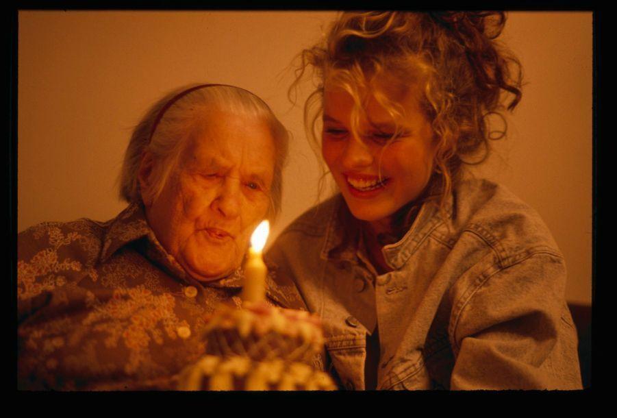 Eva Herzigova dans sa ville natale de Litvinov en République tchèque, avec son arrière-grand-mère, Elysabeth, 100 ans, en décembre 1989.