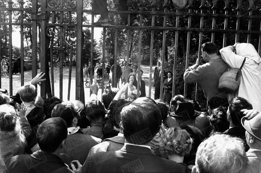 « Le lendemain, au château de Ciergnon, dans les Ardennes, il fallut laisser les grilles fermées pour protéger de l'enthousiasme la future reine intimidée. » - Paris Match n°598, 24 septembre 1960