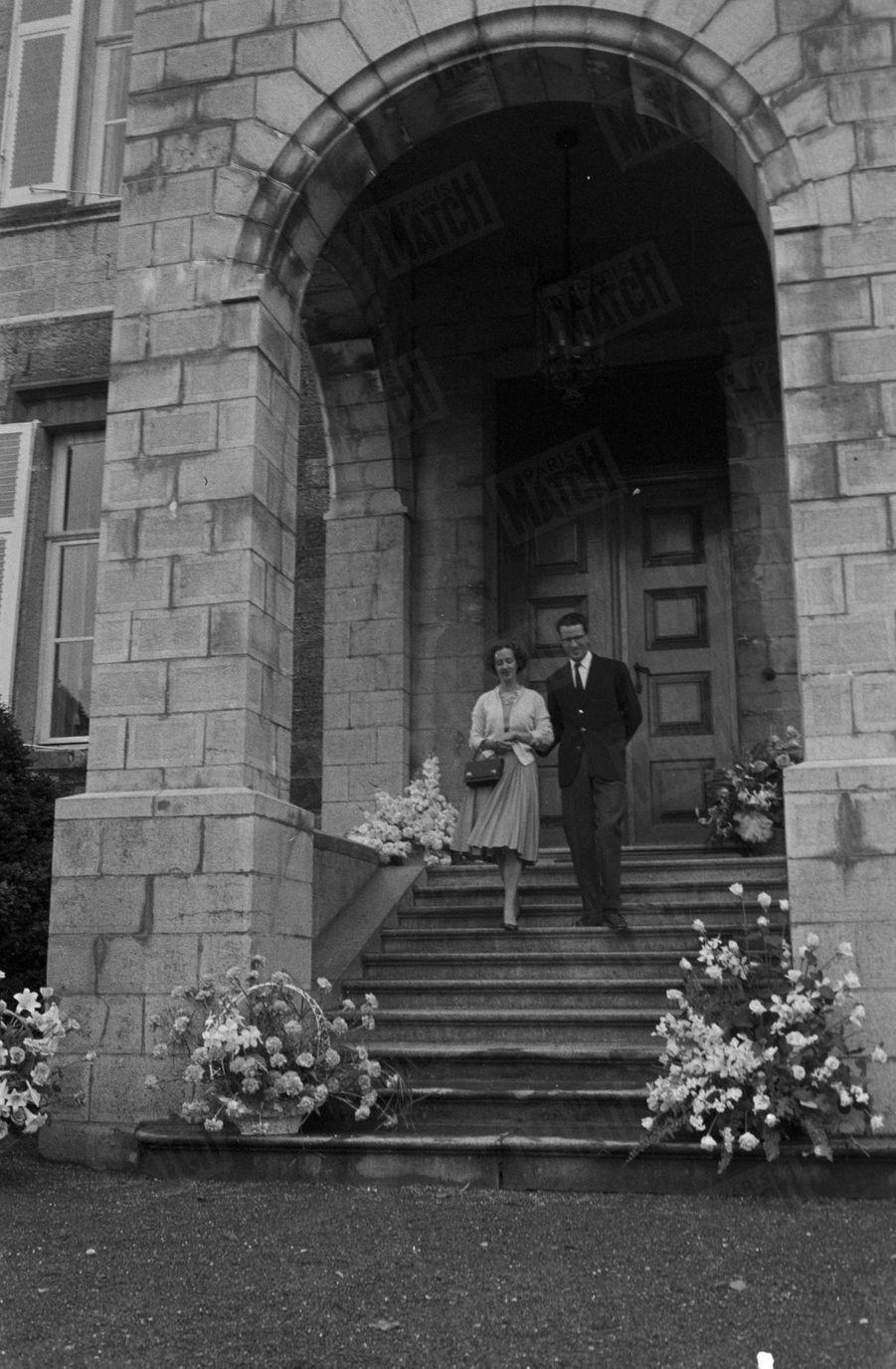 Le roi des Belges Baudouin présente sa fiancée Fabiola, dans le parc du château de Ciergnon, dans les Ardennes belges, le 17 septembre 1960.