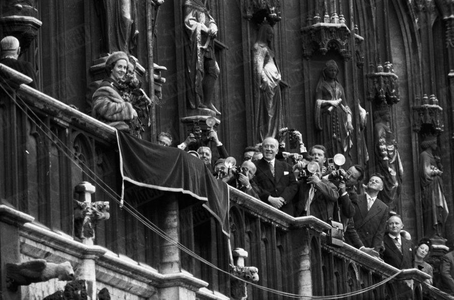 Le roi Baudouin présente au peuple belge sa fiancée Fabiola, à Bruxelles, le 24 septembre 1960.
