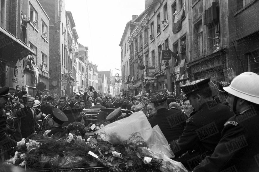 Le roi Baudouin présente au peuple belge sa fiancée Fabiola, lors d'une tournée triomphale en Buick décapotable dans les rues de Bruxelles, le 24 septembre 1960.