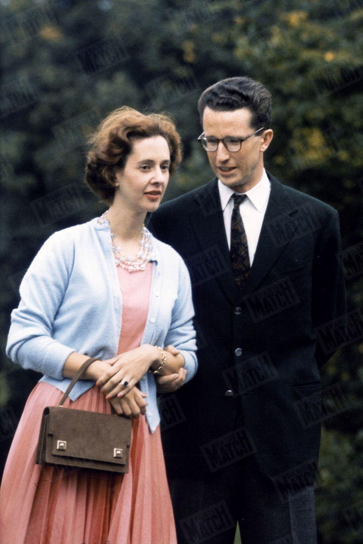 """« Très détendu, il passe sa main droite sous le coude de sa fiancée en lui glissant dans l'oreille : """"N'ayez pas peur des flashes."""" » - Paris Match n°598, 24 septembre 1960"""
