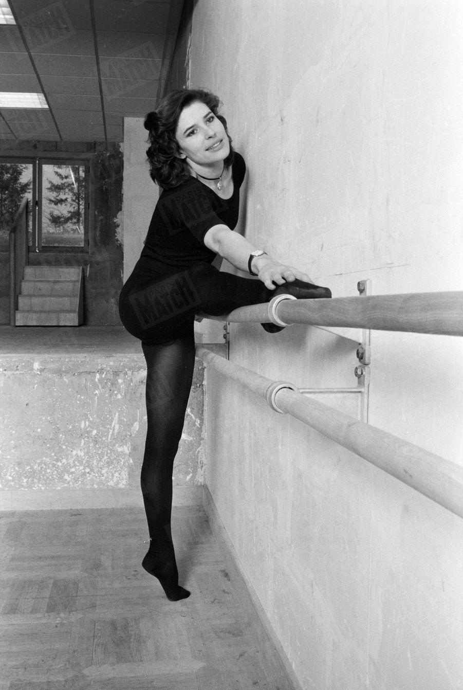"""""""La danse, explique Fanny, m'aide à m'extérioriser et à jouer avec aisance avec ma grande taille : 1,74m"""" - Paris Match n°1607, 14 mars 1980"""
